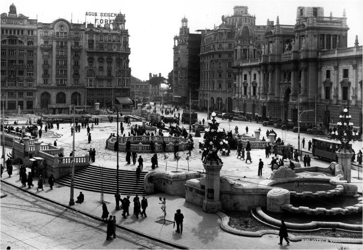 """Plaça d'Emilio Castelar, 1933.  En la """"tortada"""" de Xavier Goerlich i el Mercat de Flors subterraneu."""